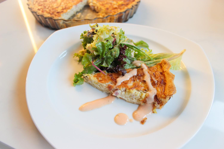 klassische Quiche mit Salat