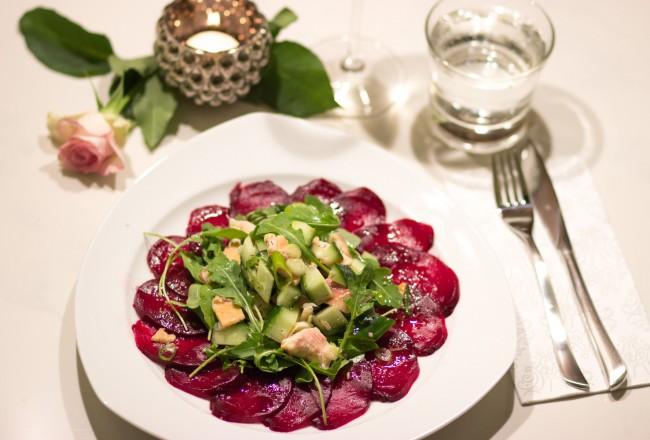 Raeucherfisch-Gurken-Apfel-Tartar mit Rote-Beete-Carpaccio